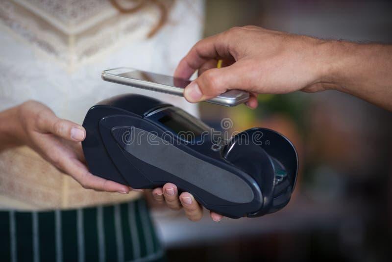 Ręka robi zapłacie przez smartphone klient zdjęcie stock