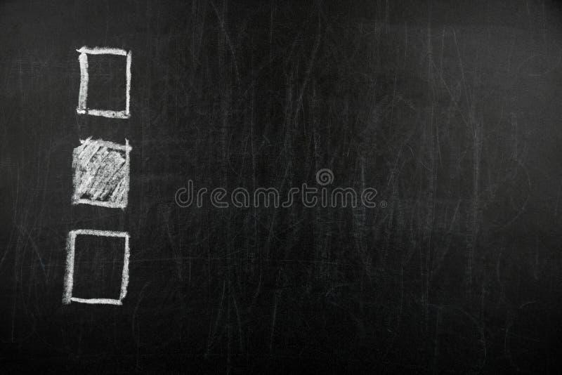 Ręka rysujący czeka pudełko na czarnym chalkboard zdjęcie stock