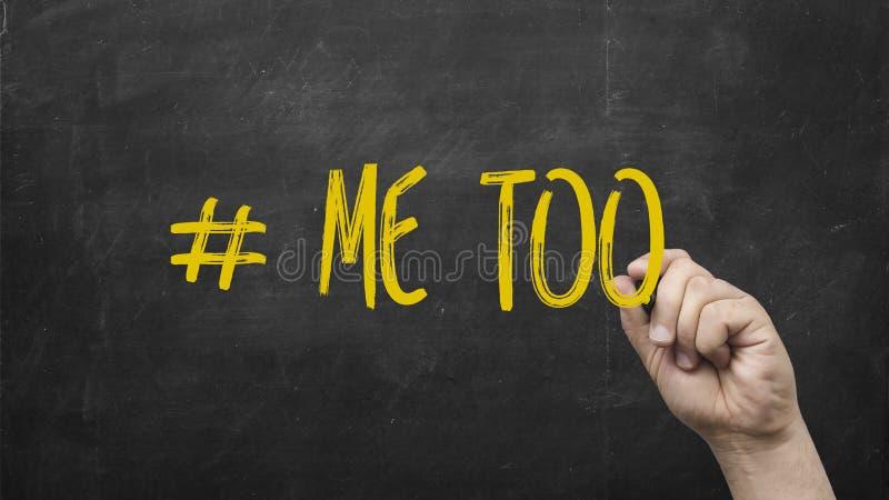 Ręka rysuje Ja Zbyt hashtag na blackboard Symbol molestowanie seksualne przeciw kobietom fotografia royalty free