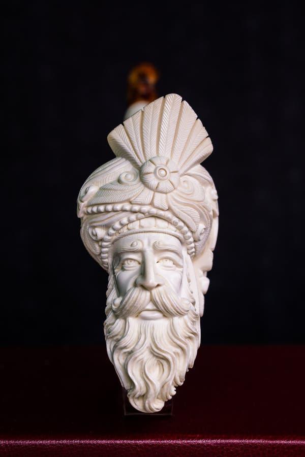Ręka Rzeźbiąca Biała Meerrschaum drymba na Czarnym tle zdjęcie royalty free