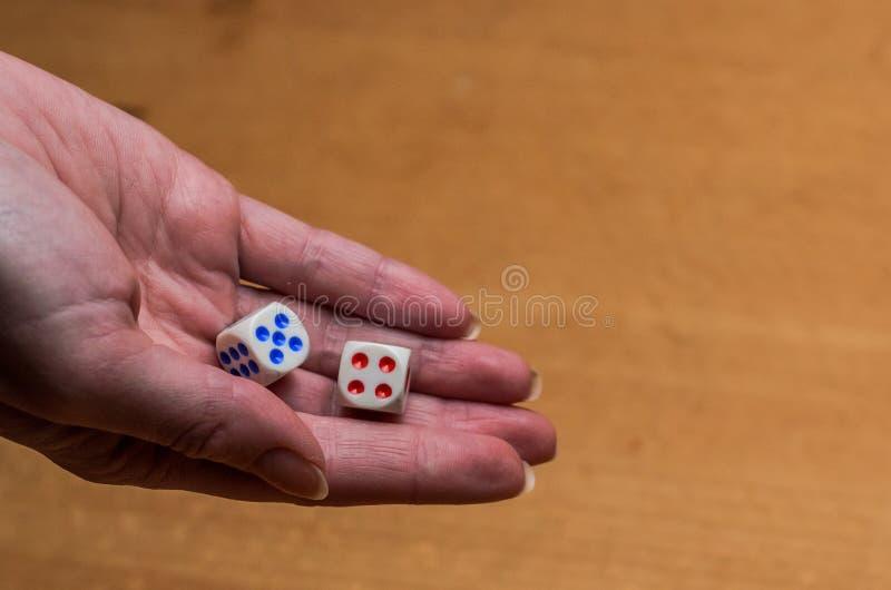 Ręka rzuca kostka do gry bawić się grę planszowa zdjęcie stock