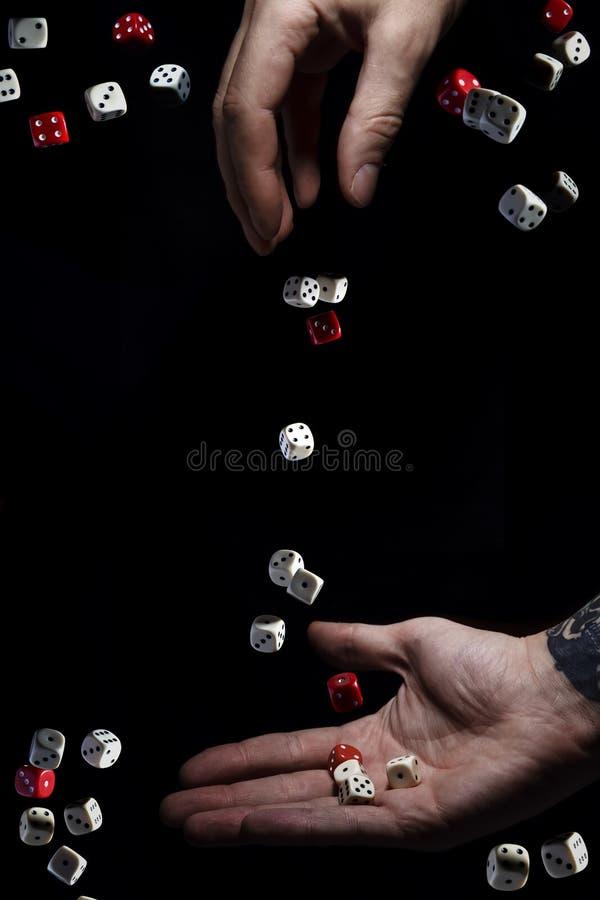 Ręka rzuca kostka do gry ręka chwytów kostka do gry pojęcie szansa Prawdopodobieństwo teoria prawdopodobieństwo lucked zdjęcia royalty free