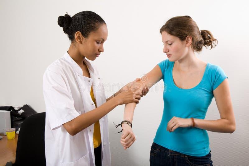 ręka, sprawdź jej pacjenta jest fotografia stock