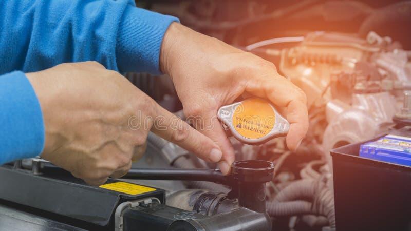 Ręka sprawdza silnika samochód technik obraz royalty free