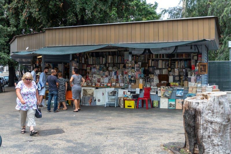 Ręka, stare książki i plakata rynek, obrazy royalty free