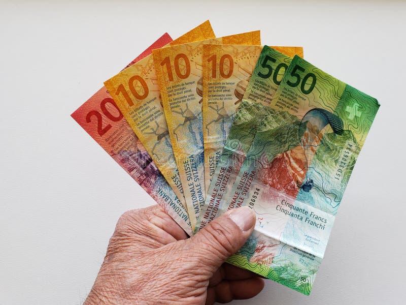 ręka starego mężczyzny mienia szwajcara banknoty obrazy stock
