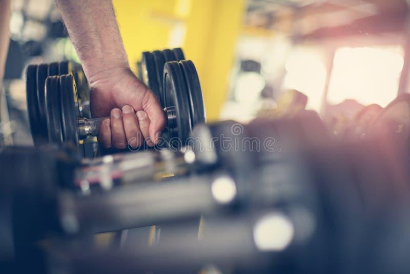 Ręka starszy mężczyzna Trzymać ciężar Mężczyzna trening w obraz stock