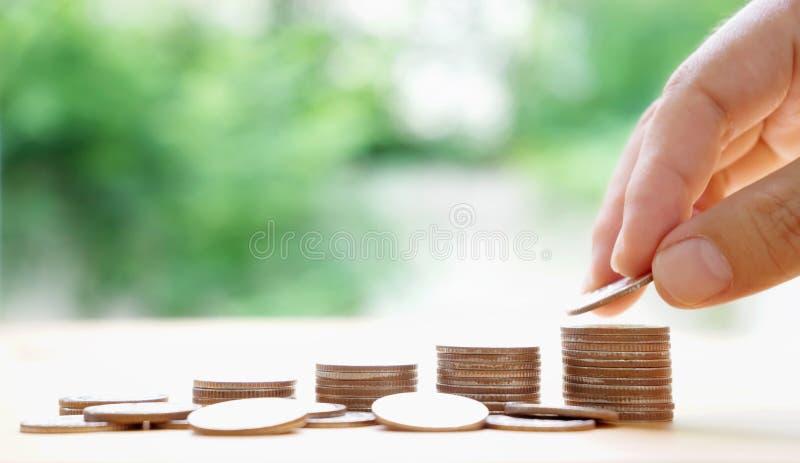 Ręka stawia pieniądze monety sterta monety Pieniądze, Pieniężny, zdjęcie stock