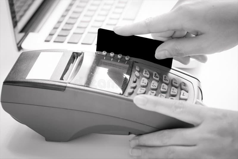Ręka Swiping Kredytową kartę zdjęcie stock