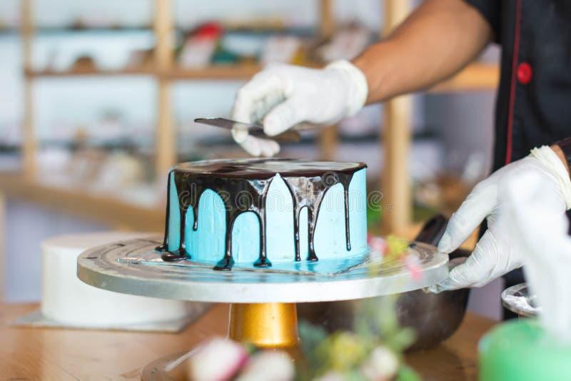 Ręka szef kuchni z rozciekłą czekoladą zdjęcia royalty free