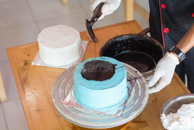 Ręka szef kuchni z rozciekłą czekoladą fotografia stock