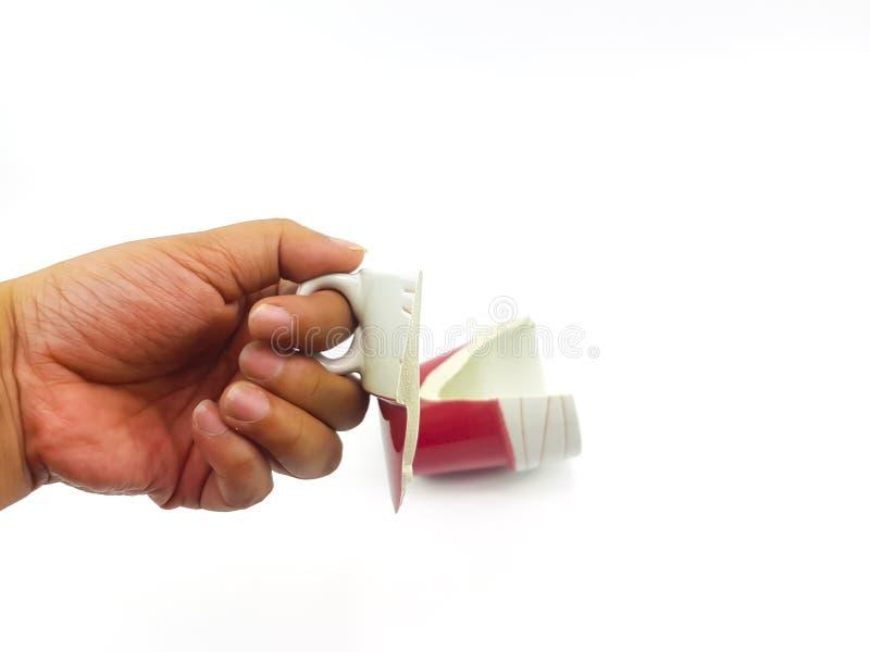 Ręka trzyma łamanego kubek ceramiczny mężczyzna zdjęcia stock