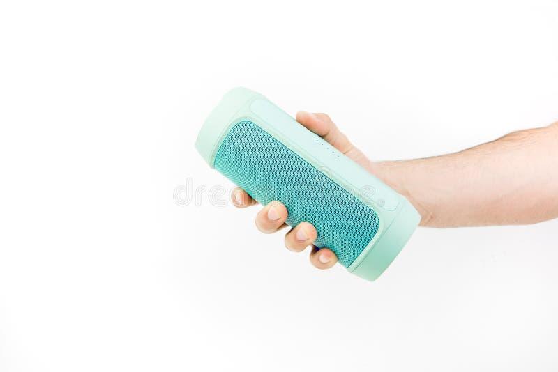 Ręka trzyma błękitnego bezprzewodowego mówcy obraz royalty free