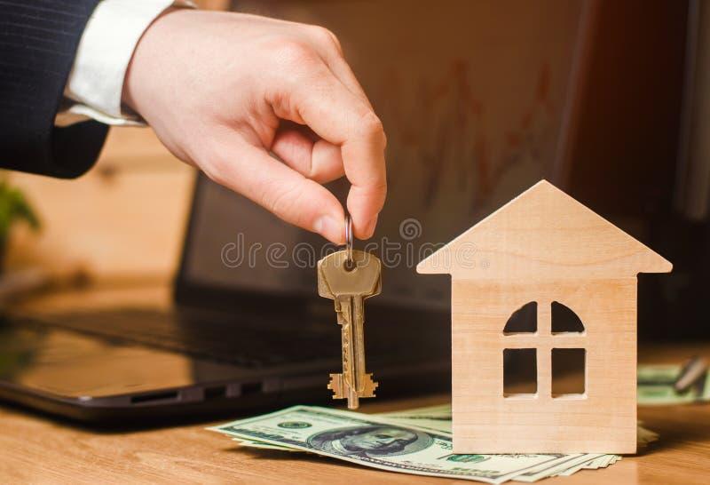 Ręka trzyma klucze dom koncepcja real nieruchomości sprzedaż lub wynajem budynek mieszkalny, mieszkanie wynajem realtor hipoteczn obraz stock