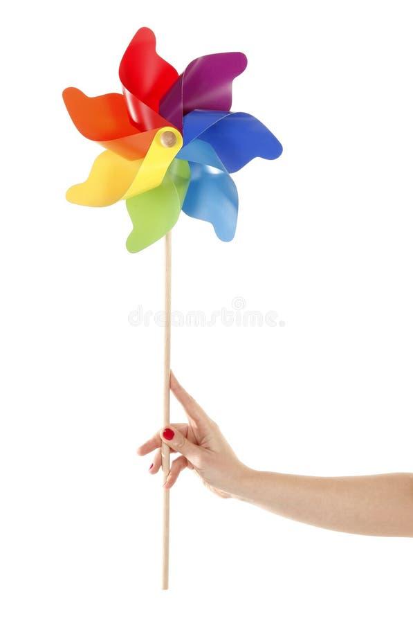 Ręka trzyma kolorową pinwheel zabawkę obraz royalty free