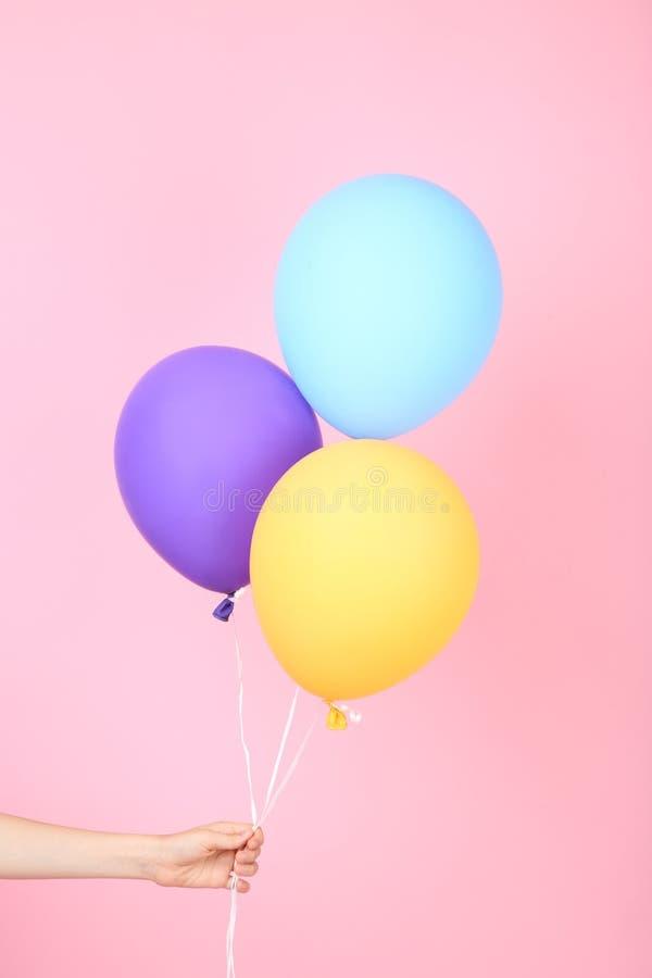 Ręka trzyma kolorowych balony obraz royalty free