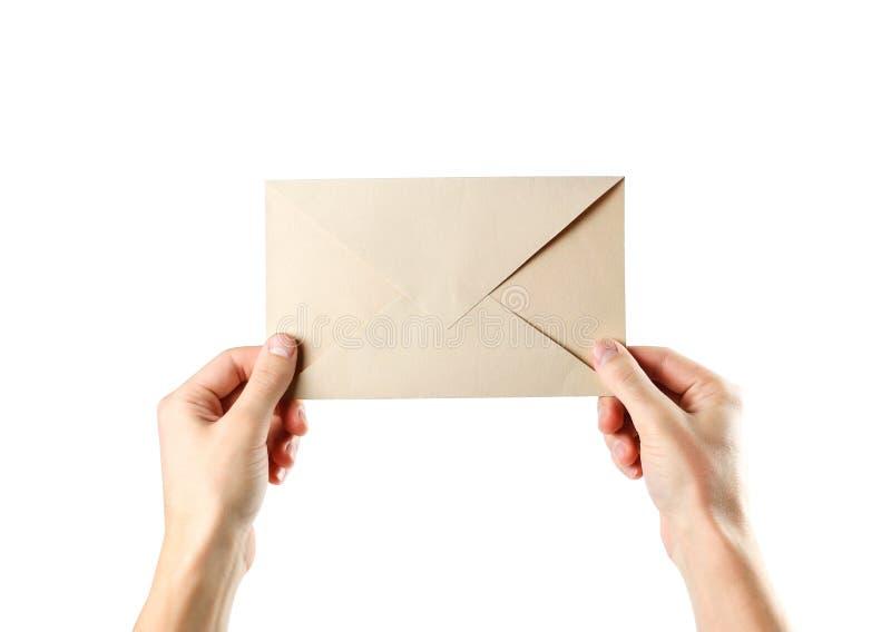 Ręka trzyma kopertę z bliska pojedynczy białe tło obrazy stock