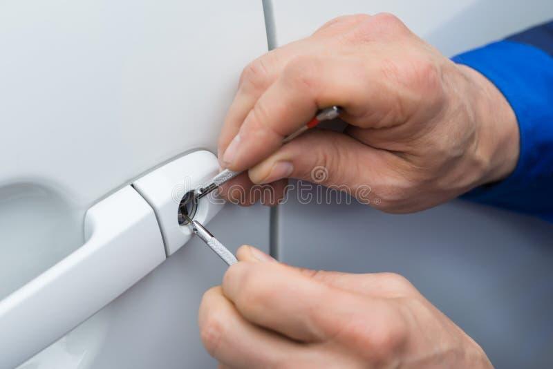 Ręka Trzyma Lockpicker Otwierać Samochodowego drzwi obrazy stock
