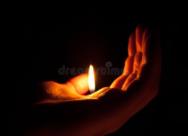 Ręka trzyma płomień zdjęcie stock