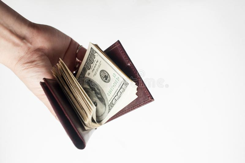 Ręka trzyma portfel sto dolarowych rachunków odizolowywających nad białym tłem pełno obraz royalty free