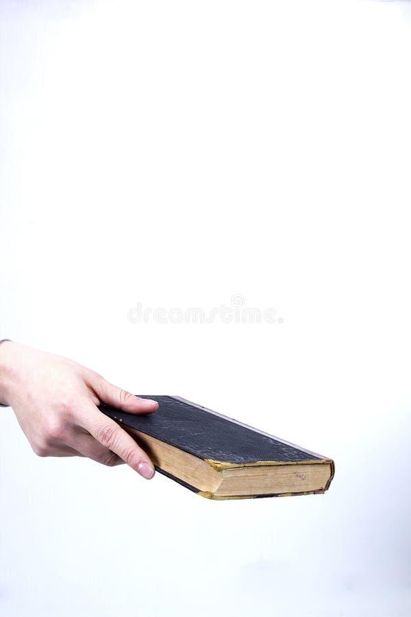 Ręka trzyma starą książkę obraz stock