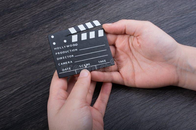 Ręka trzyma troszkę filmu clapper w ręce fotografia royalty free