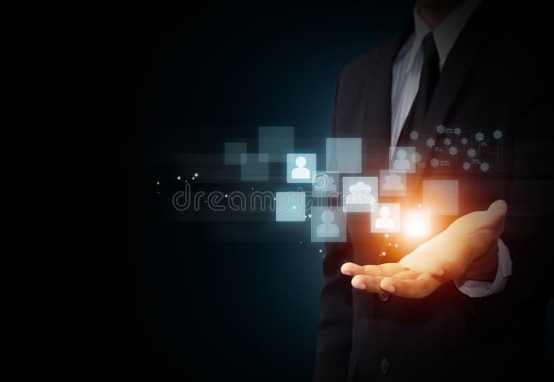 Ręka trzyma wirtualną ikonę ogólnospołeczni środki royalty ilustracja