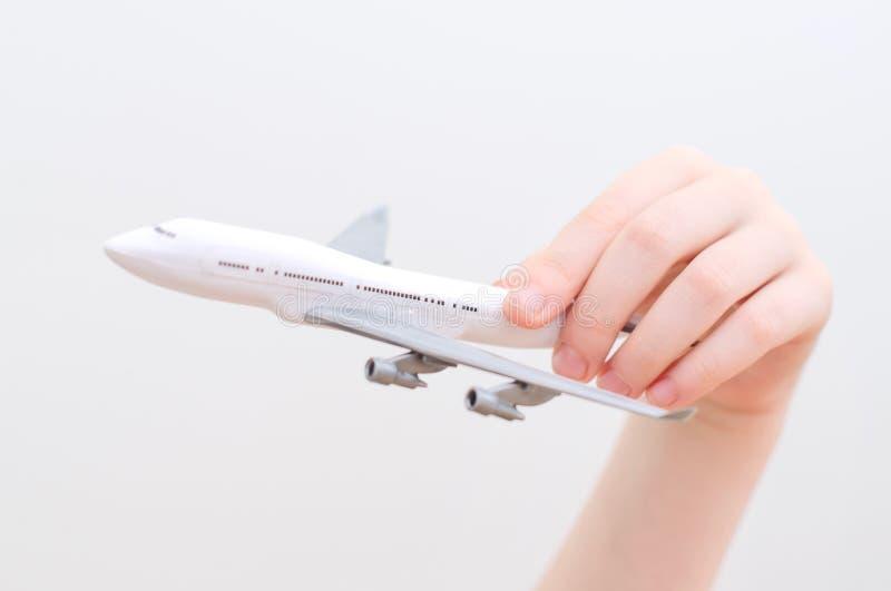 Ręka trzyma wzorcowego samolot. zdjęcie royalty free