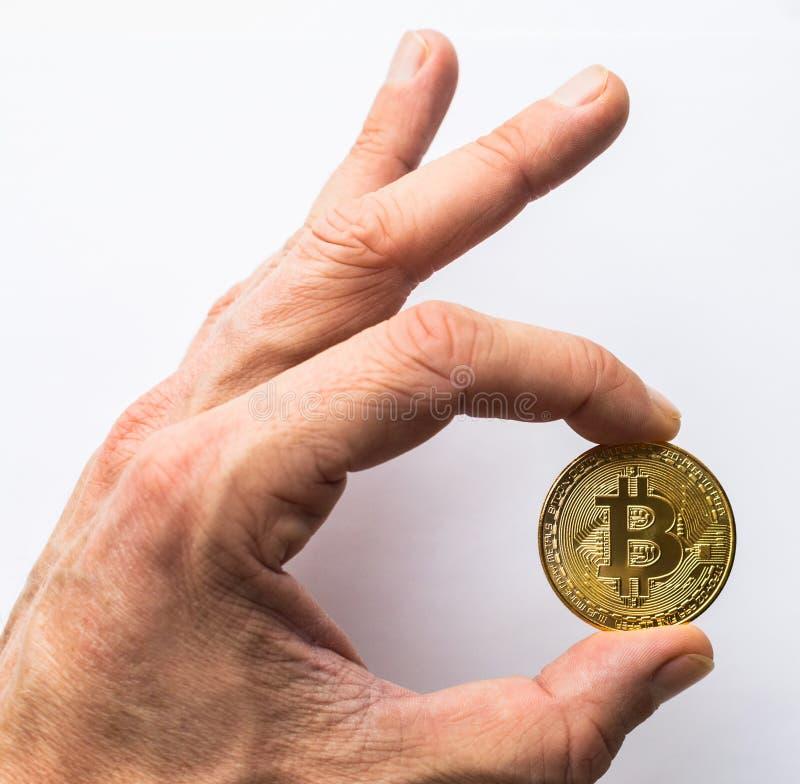 Ręka trzyma złotego Bitcoin wirtualnego pieniądze obraz stock