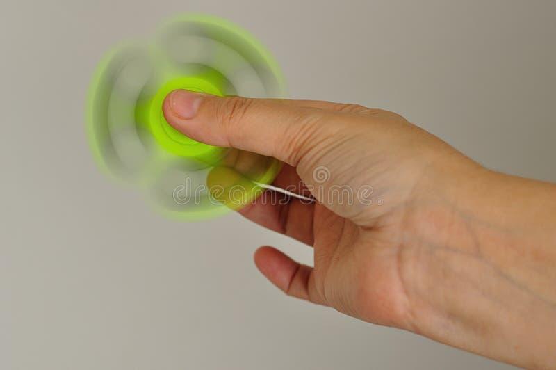 Ręka trzyma zielonego przędzalnictwo wiercipięty kądziołka obraz royalty free