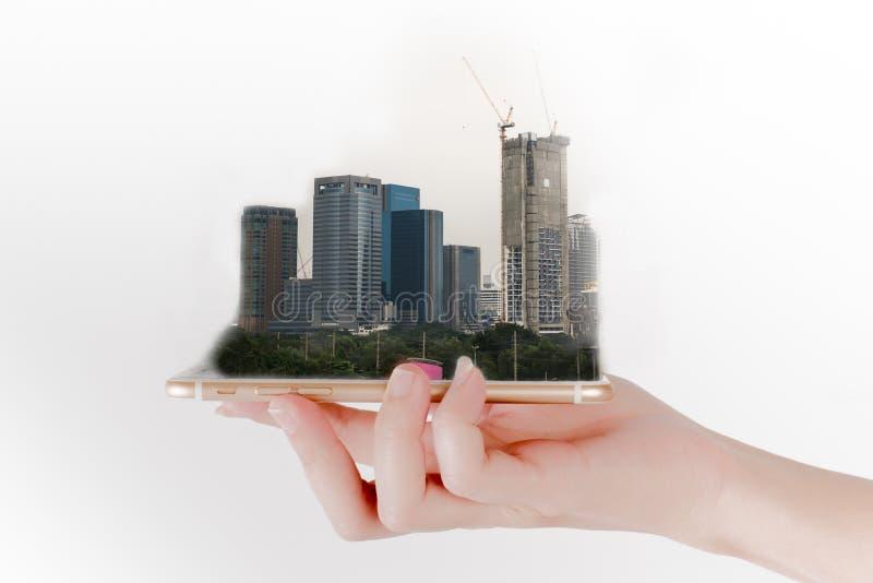Ręka używa smartphone patrzeje pastylkę lub, dla nieruchomości 3 d pojęcia pojedynczy utylizacji inwestycji obrazy stock