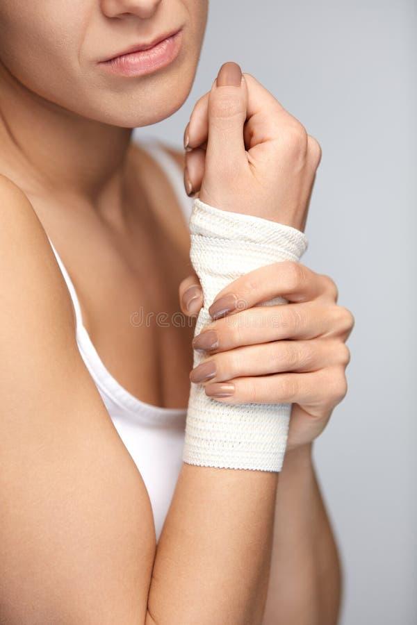 Ręka uraz Piękna kobieta Z bandażem Na ręki uczucia bólu obraz royalty free