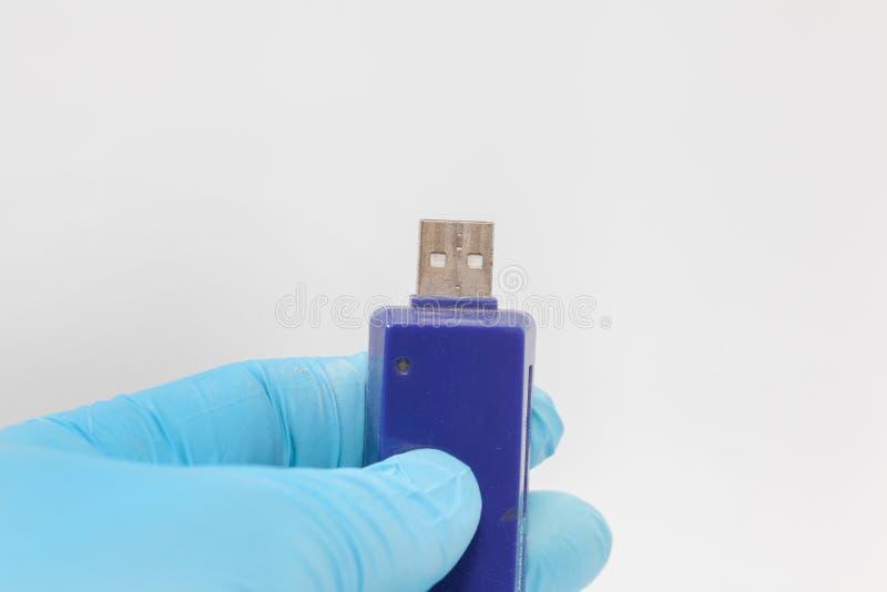 Ręka w błękitnej rękawiczkowej trzyma usb przejażdżce zdjęcia royalty free
