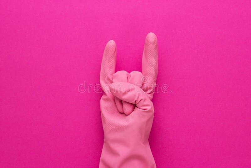 Ręka w różowej ochronnej rękawiczce fotografia stock