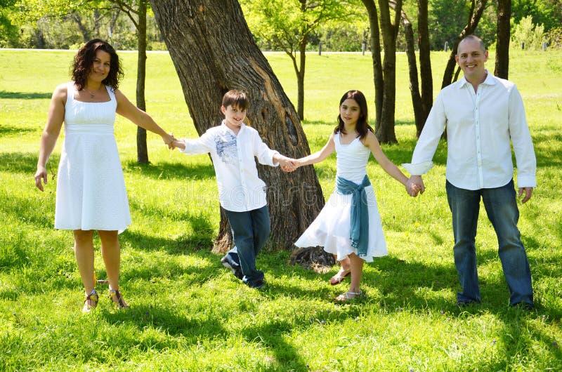 Ręka w rękę rodzina zdjęcie stock