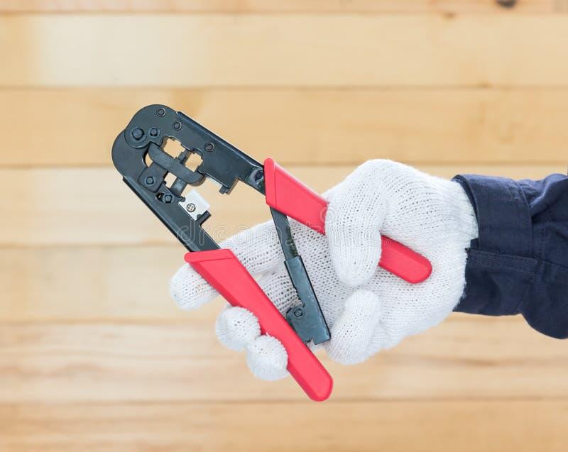 Ręka w rękawiczkowego chwyta drucianym spychaczu fotografia stock