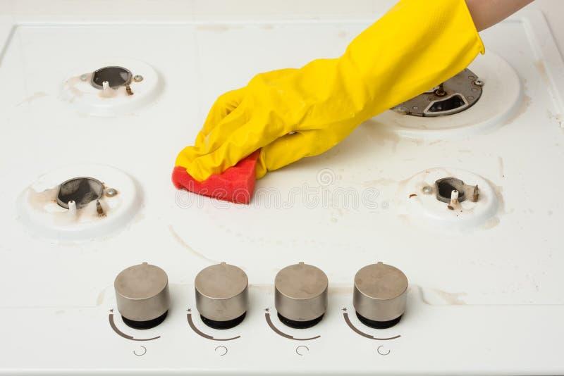 Ręka w rękawiczkowego cleaning benzynowej kuchence zdjęcie stock