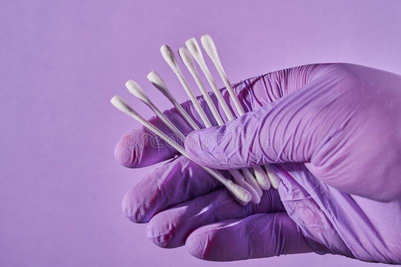 Ręka w rękawiczkowej mienie bawełnie wtyka dla ucho fotografia royalty free