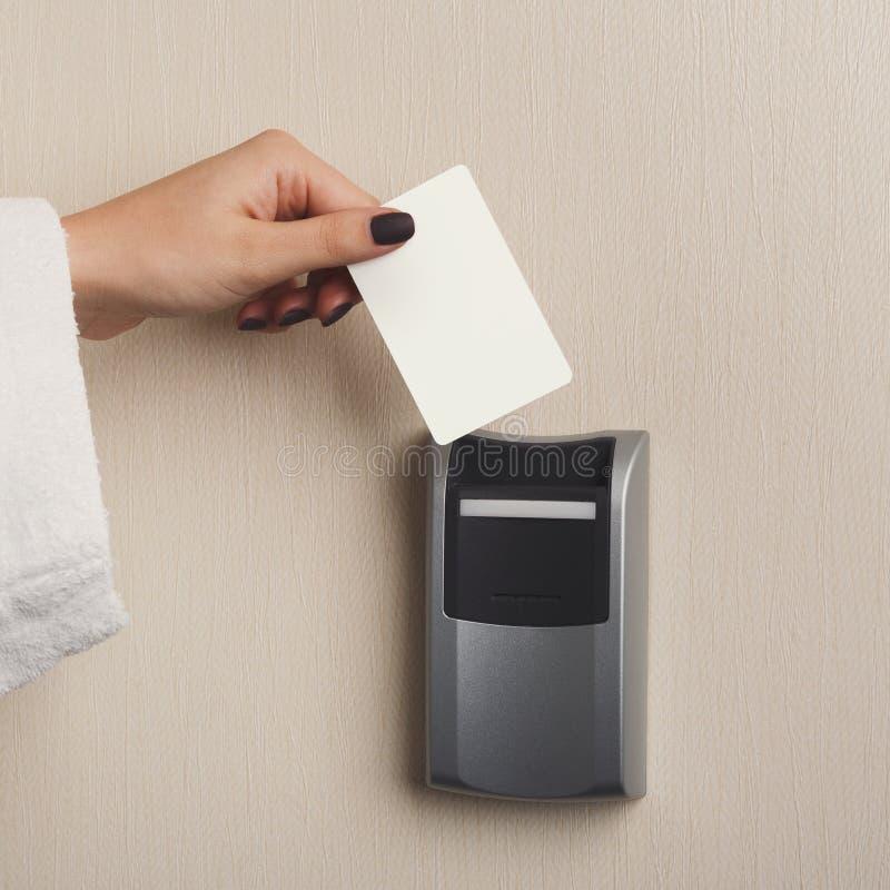 Ręka wkłada kluczową kartę w elektronicznym kędziorku zdjęcie stock