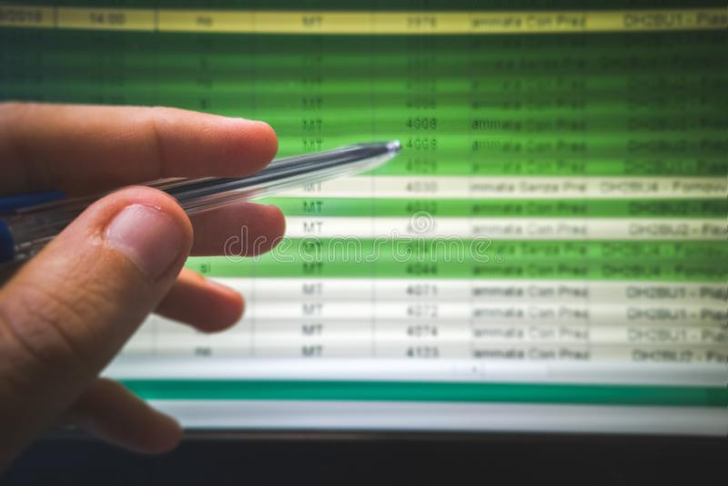 Ręka wskazuje spreadsheet na ekranie z piórem obraz stock