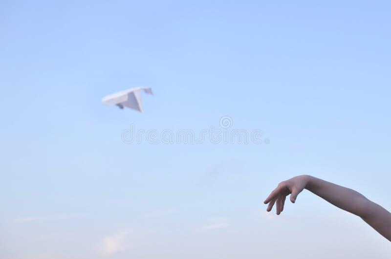 Ręka wszczyna papierowego samolot obraz royalty free