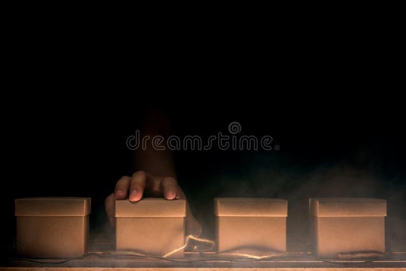 Ręka wybiera pudełko zdjęcie stock