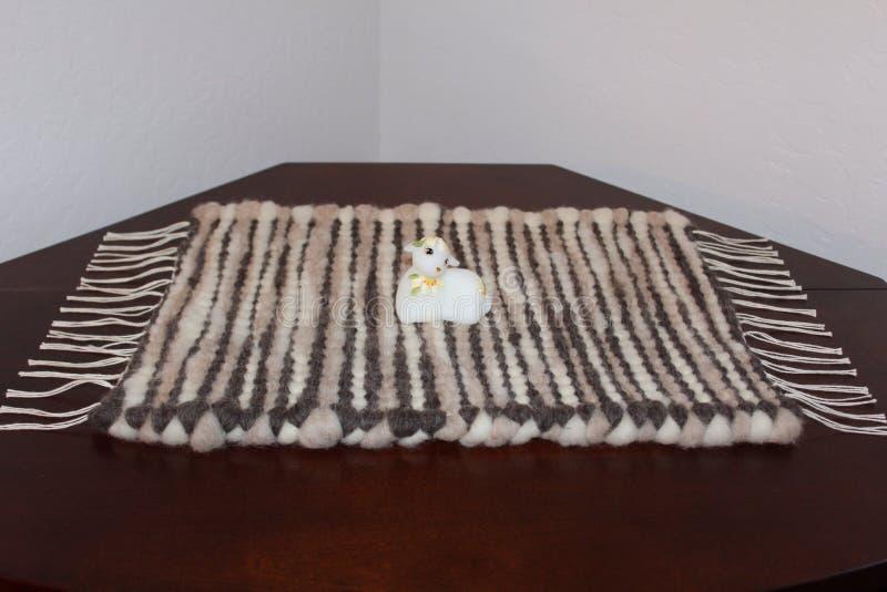 Ręka wyplatający wełna dywanik obraz royalty free