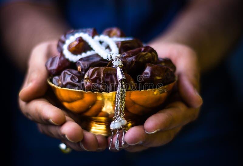 Ręka z daty Ramadan tłem obraz royalty free