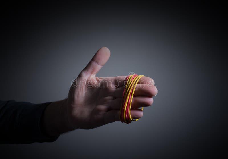Ręka z elastycznymi gumami fotografia royalty free