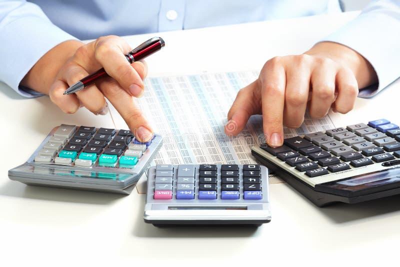 Ręka z kalkulatorem. zdjęcia stock