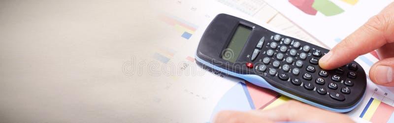 Ręka z kalkulatorem obrazy stock