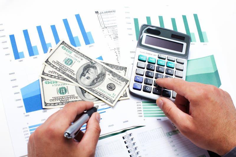 Ręka z kalkulatorem i pieniądze. fotografia stock