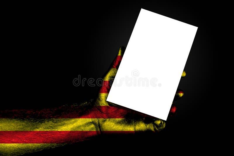 R?ka z maluj?cym chor?gwianym Catalonia trzyma wielkiego bielu prze?cierad?o z przestrzeni? dla inskrypcji, egzamin pr obraz stock