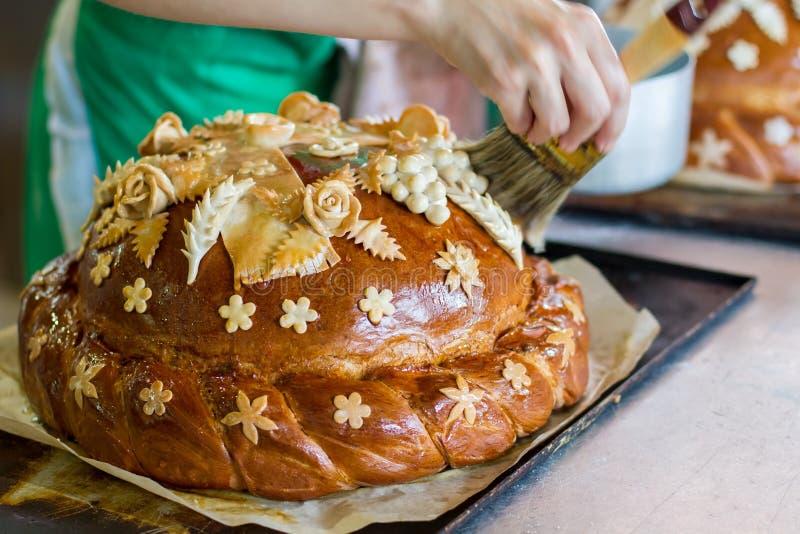 Ręka z muśnięciem dotyka chleb fotografia royalty free